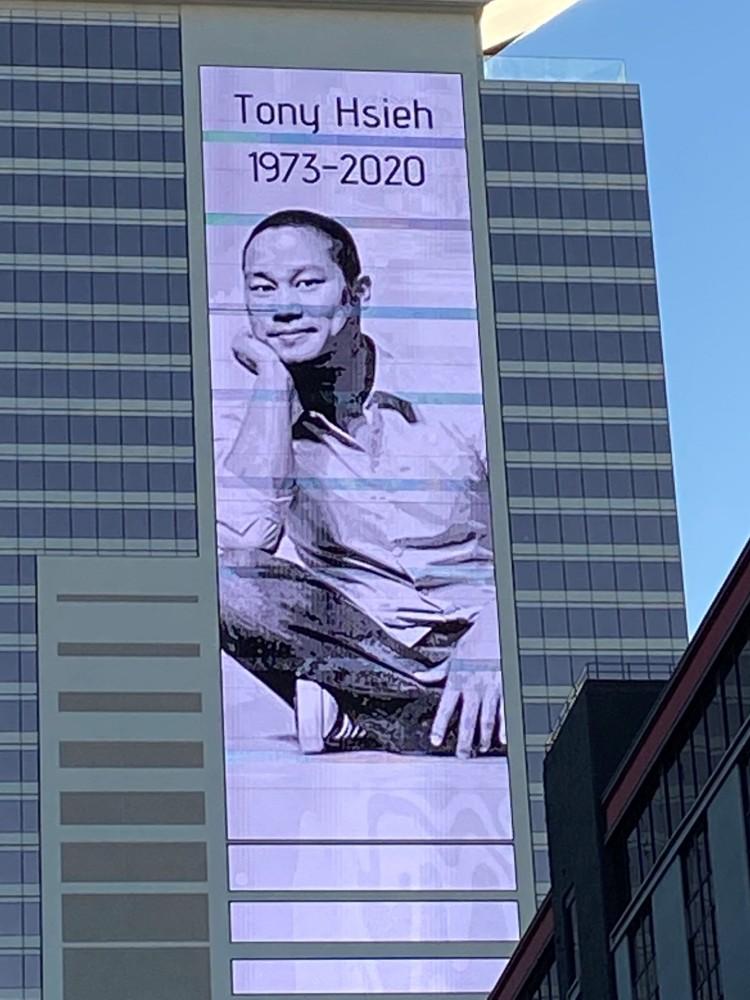 자포스 본사 건물에 걸린 자포스 창업자 토이 셰이 추모 걸개