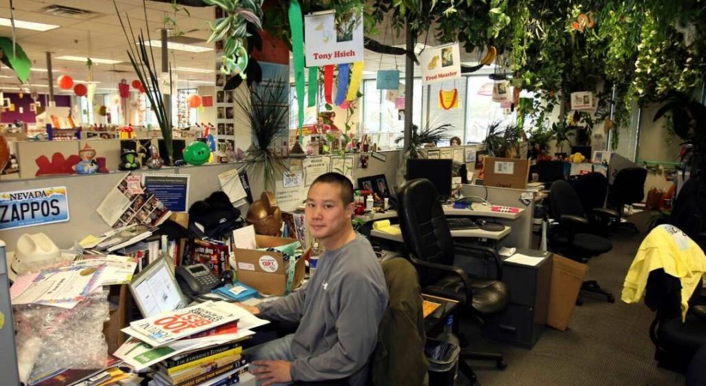 자포스 창업자 토니 셰이의 자포스 사무실 자리, 직원들과 칸막이만 있는 자리에서 일을 했다