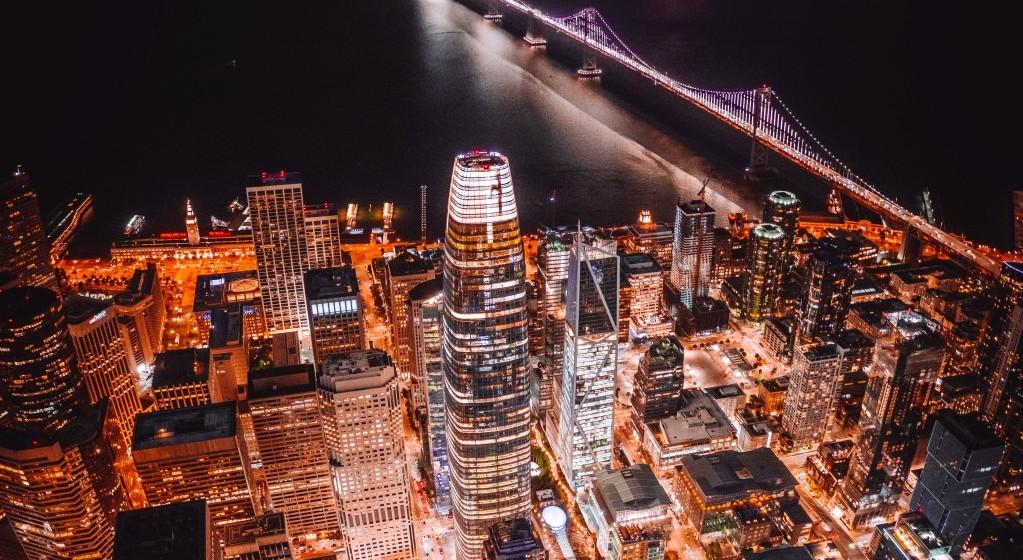 샌프란시스코 세일즈포스 본사가 있는 세일즈포스 빌딜 주면 야경, 74 New Montgomery St, San Francisco, CA 94105, USA, United States, Photo by denys-nevozhai