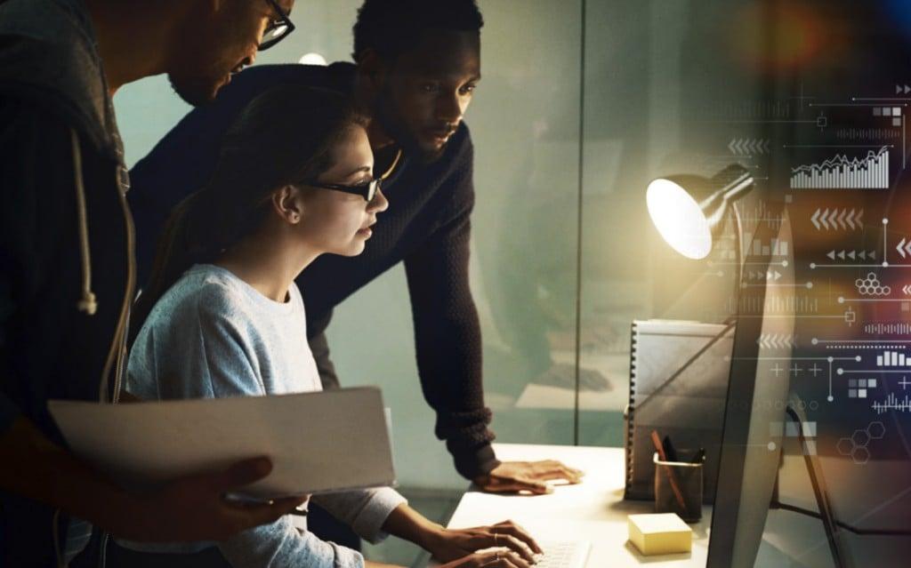 2021년 기술 트렌드., 모니터를 보면서 협의하고 있는 엔지니어들, Image from CompYIA