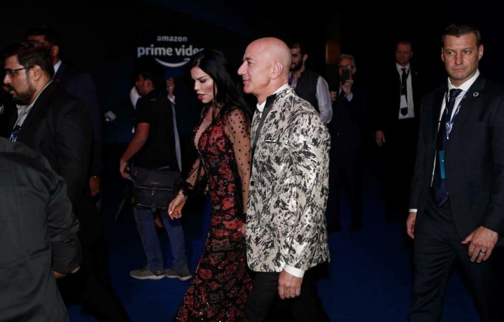 아마존 프라임 비디오에서 투자한 영화 시시회 레드 카펫을 걷는 아마존 CEO 제프 베조스, Amazon founder and CEO Jeff Bezos walks the red carpet, Photo by FRANCIS MASCARENHAS, REUTERS