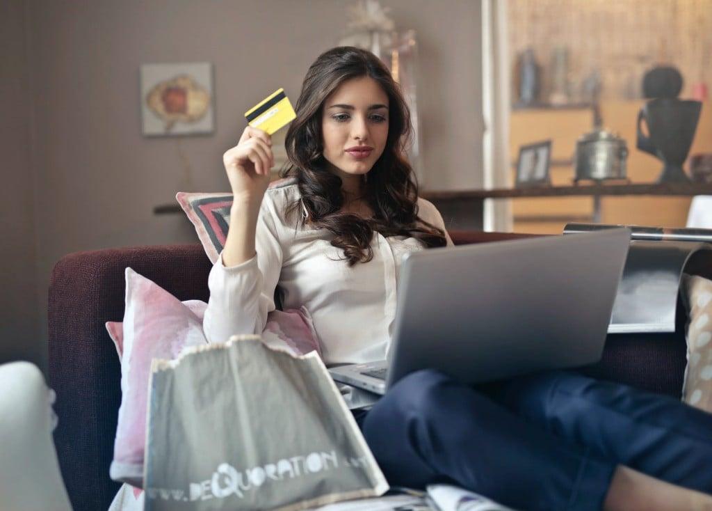 온라인 쇼핑하는 여인, online shopping, Photo by Andrea Piacquadio