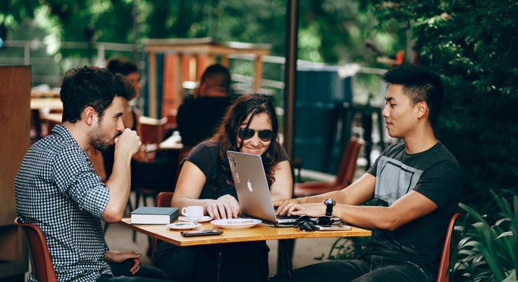 비즈니스 미팅 중 웃는 사람들, featured, Sponsored by Google Chromebooks, Photo by brooke cagle