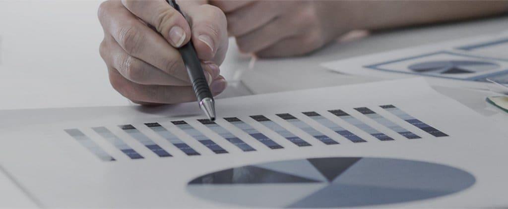 페으로 차트를 가리키며 데이타를 분석하는 모습, Image from Samsung Newsroom