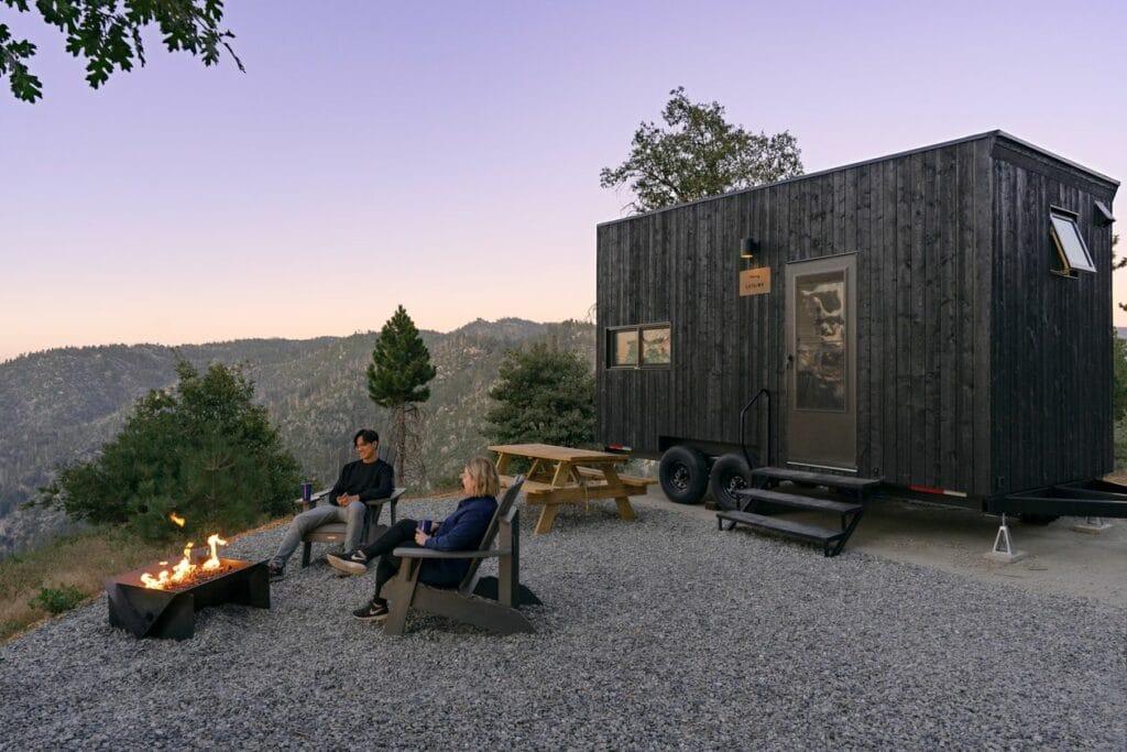 Getaway House사가 임대해주는 숲속 단독 주택에서 휴가를 즐기는 사람들, Image from Getaway