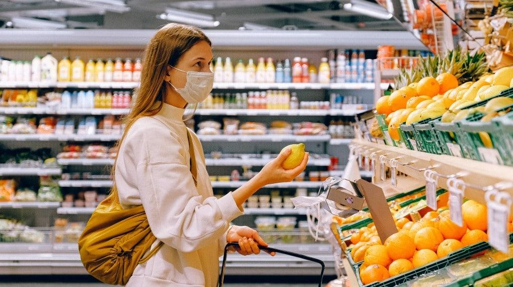 마스크를 쓴채 슈퍼에서 과일을 고르고 있는 여성 쇼핑객, in coop looking fruits, Photo by Anna Shvets