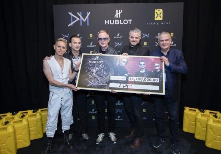 영국 뉴 웨이브 밴드 Depeche Modes는 170만 당러를 모금, Depeche Mode and Ricardo Guadalupe hand over the check to Scott Harrisson from charity water association, Image from hautetime
