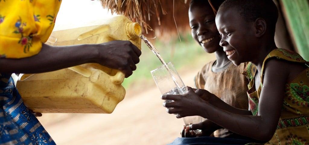 charity water 보도 사진, 가능하면 노란색을 배치해 아이덴티티를 유지하고 있다