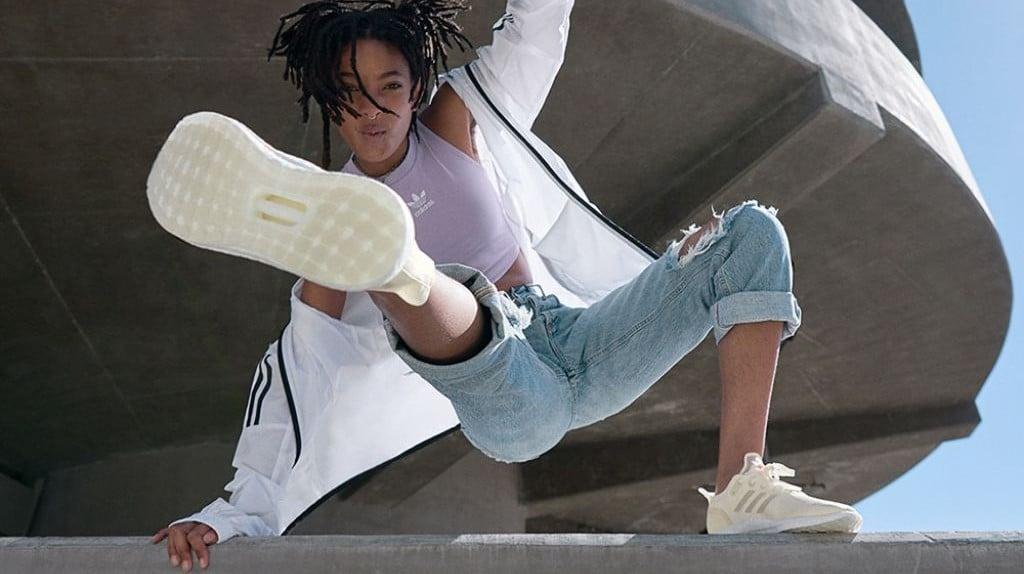 아디다스 2019 연례보고서 이미지, 아디다스를 신고 운동하고 있는 소녀, Image from Adidas