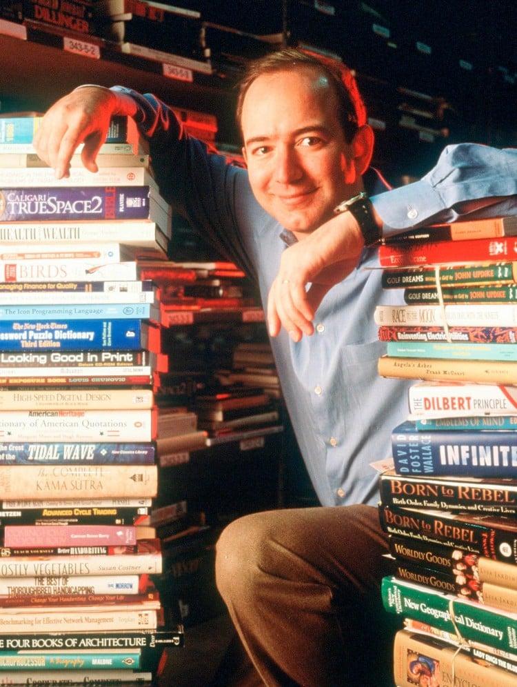 아마존 창업자 제프 베조스가 창업 초기 1994년 집 창고에서 책들과 찍은 사진, Phot by Paul Souders