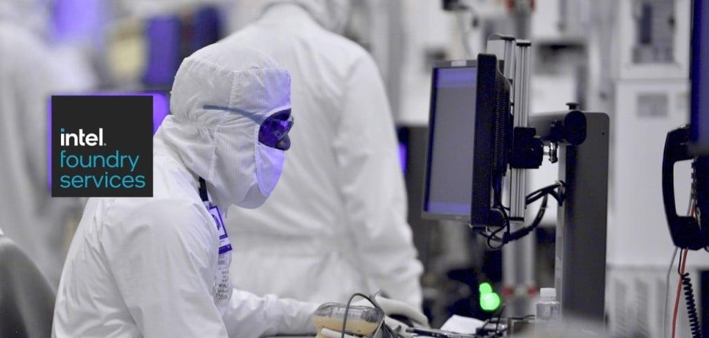 인텔 파운드리 서비스, 연구에 몰두하고 있는 인텔 연구원, Image from Intel