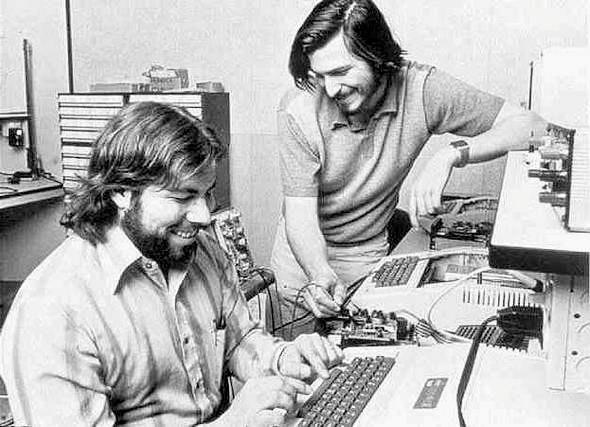 컴퓨터를 사용하면서 웃으며 이야기하는 스티브 잡스와 워즈니악, Steve Jobs and Steve Wozniak working on Apple II, Image from MacDailyNews