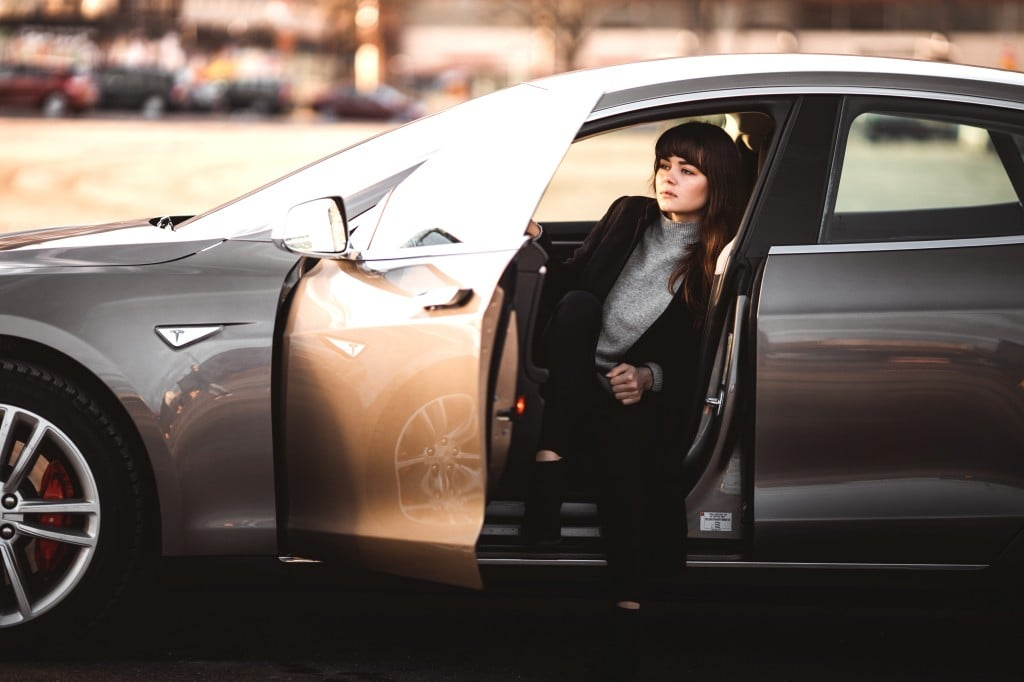 테슬라 전기차를 타고있는 소녀, A girl in a Tesla, Photo by Taneli Lahtinen