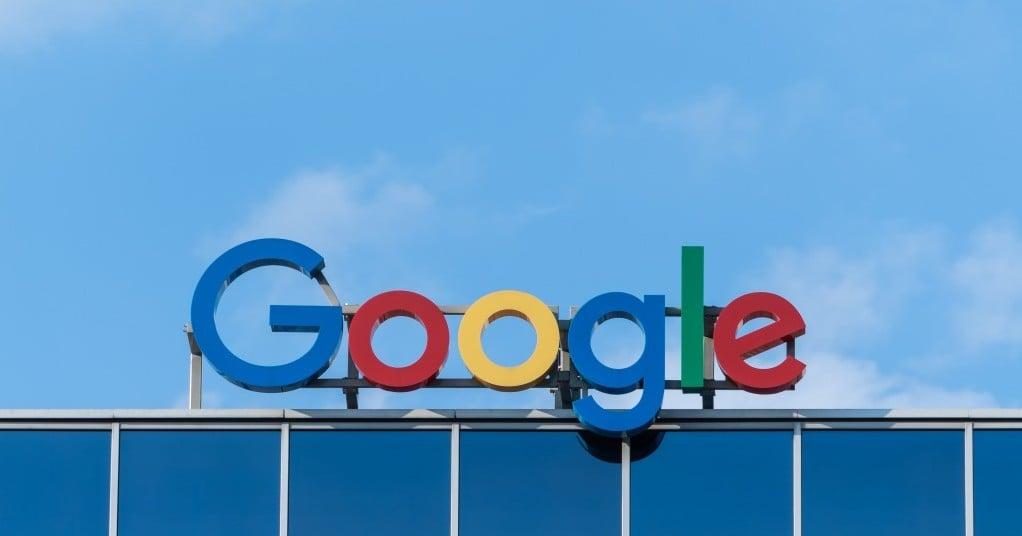 파란 하늘과 구글 표지, Photo by Pawel Czerwinski