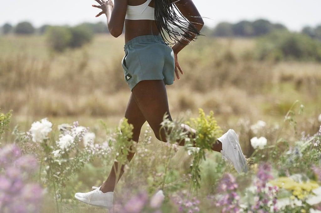 아디다스와 올버즈 협업해 태어난 FUTURECRAFT.FOOTPRINT를 신고 달리는 흑인 여성 모델,  Image from ADIDAS