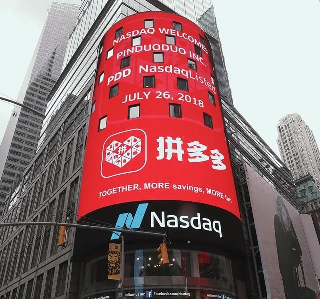 창업 3년만인 2018년 7월 26일 나스닥 상장한 핀둬둬(拼多多), 상장을 축하하는 나스닥 전광판, Image from REUTERS