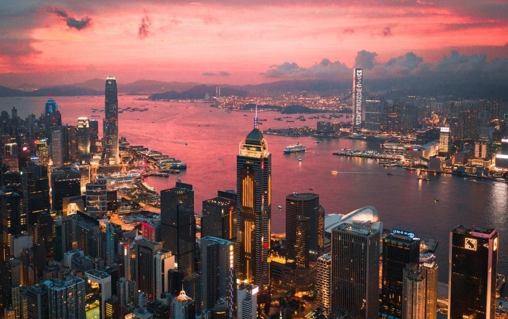 매직아워에 석양에 물든 홍콩 빅토리아 항구 풍경, Cityscape of the Victoria Harbour region of Hong Kong during a magical sunset, Photo by MansonYim
