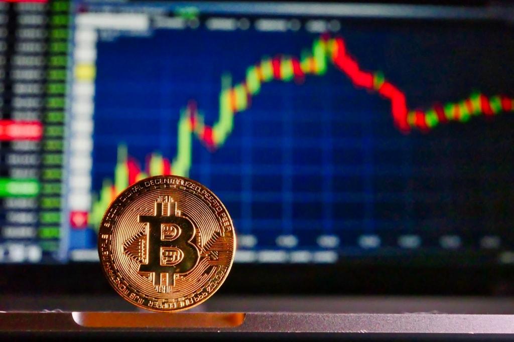 비트코인과 주식 시세판, 암호화폐 시세, bitcoin, Photo by RoyBuri