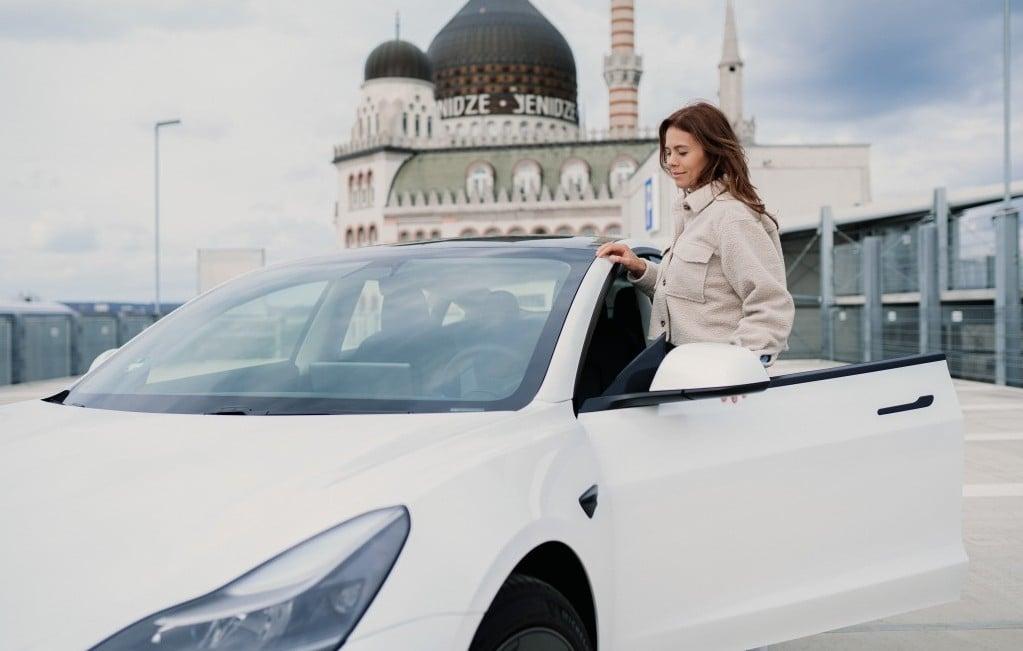 테슬라 모델 3를 타는 여인, Jenny Ueberberg, female entrepreneur driving her Tesla Model 3, Photo by Jenny Ueberberg