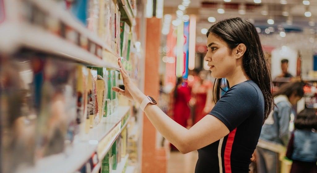 백화점에서 쇼핑하고 있는 여인, Photo by Dollar Gill