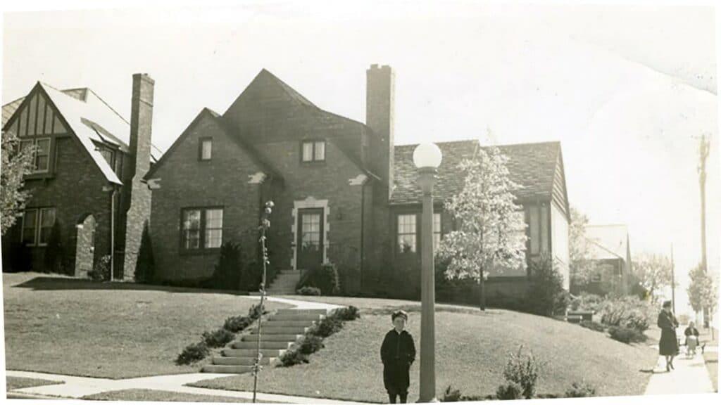 어린 시절 집을 배경으로 포즈를 취한 워렌 버핏, Warren Buffett stands in front of his childhood home in Omaha.Courtesy of Susie Buffett.jpg