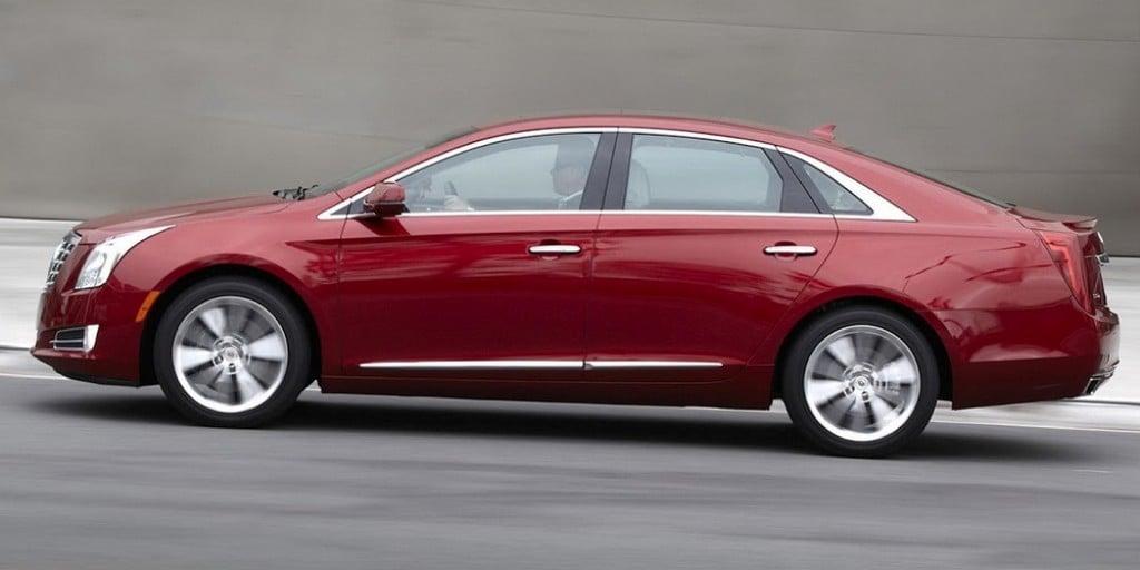 워렌 버핏이 2017년에 단돈 45,000달러에 구입한 2014년산 Cadillac XTS, 워레 버친이 드라이빙 하는 모습, Celebs driving cheap cars, Image from Carcoops