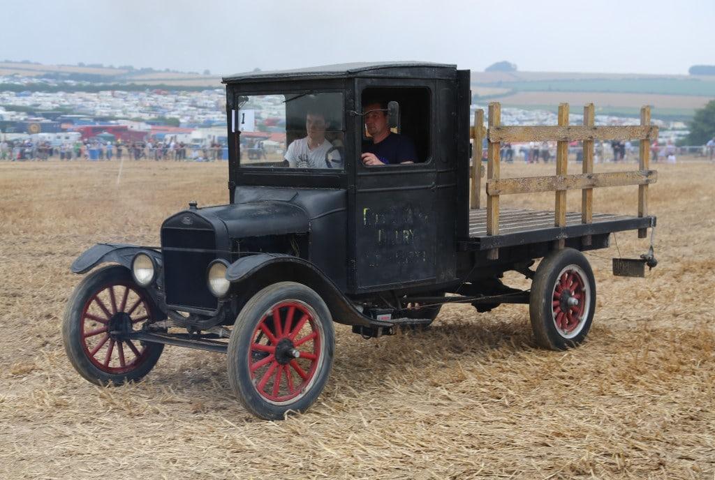포드 모델 T 픽업트럭, 농부들이 포드 모델 T를 이용해 물건을 옮기려는 수요에 따라 탄생한 1925년 포드 T 트럭, Ford TT truck