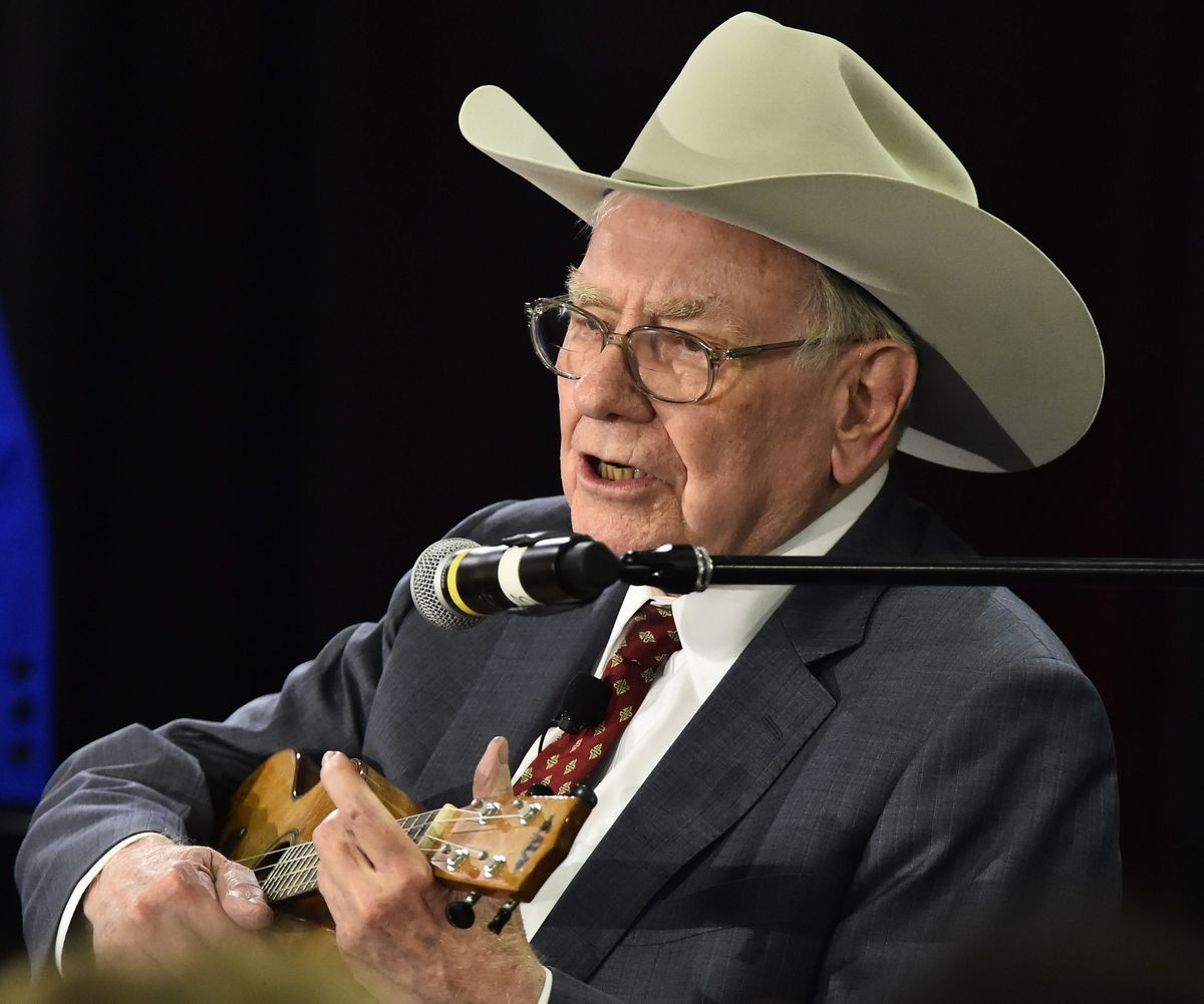 2015년 4월 8일, 텍사스 주 콜로니 아모한자를 위한 자선 행사에서 워렌 버핏이 우쿨렐레(ukulele) 연주하고 있다,Photo by LARRY W. SMITH,Chicago Tribune