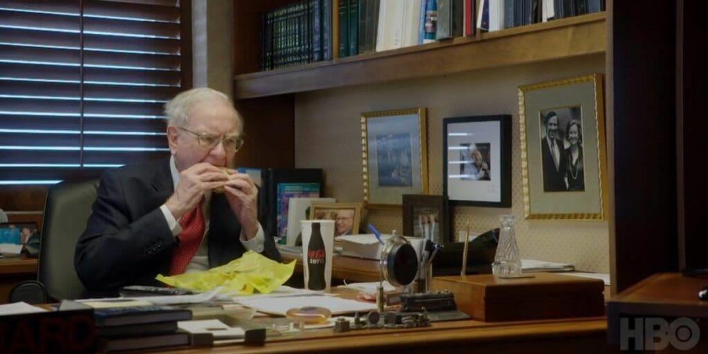 HBO 다큐멘터리 '워렌 버핏 되기(Becoming Warren Buffett)에서 사무실에서 맥도날드 샌드위치를 먹고 있는모습, Warren Buffett in his office
