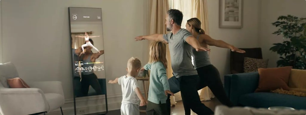 룰루레몬 미러로 운동하는 가족, Lululemon mirror, Image fron Lululemon