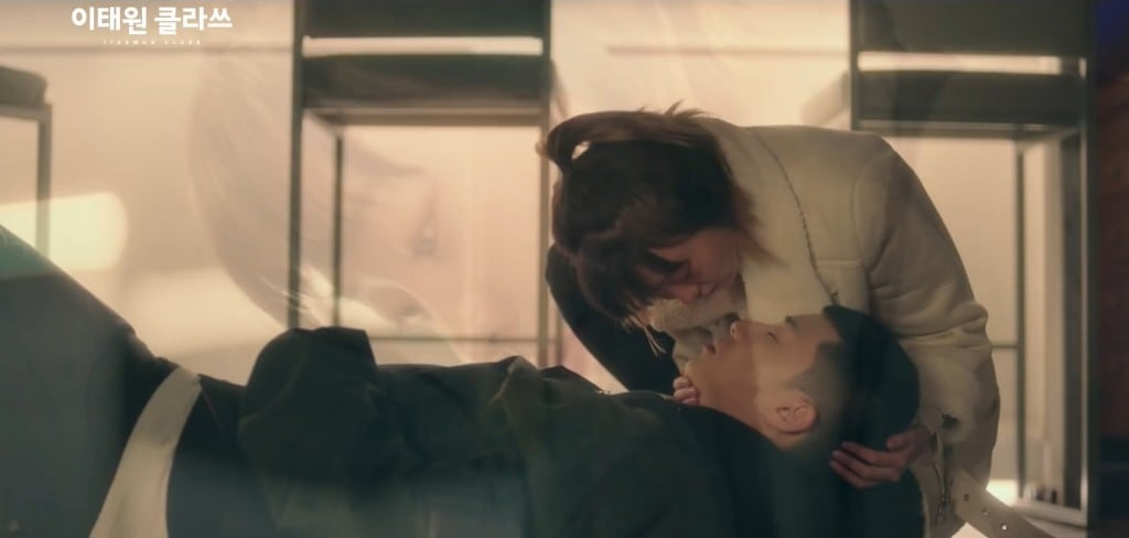이태원 클라쓰, 술마시고 과로로 뻗어버린 박 세로이에게 입맞춤하는 조이서, Image from JTBC