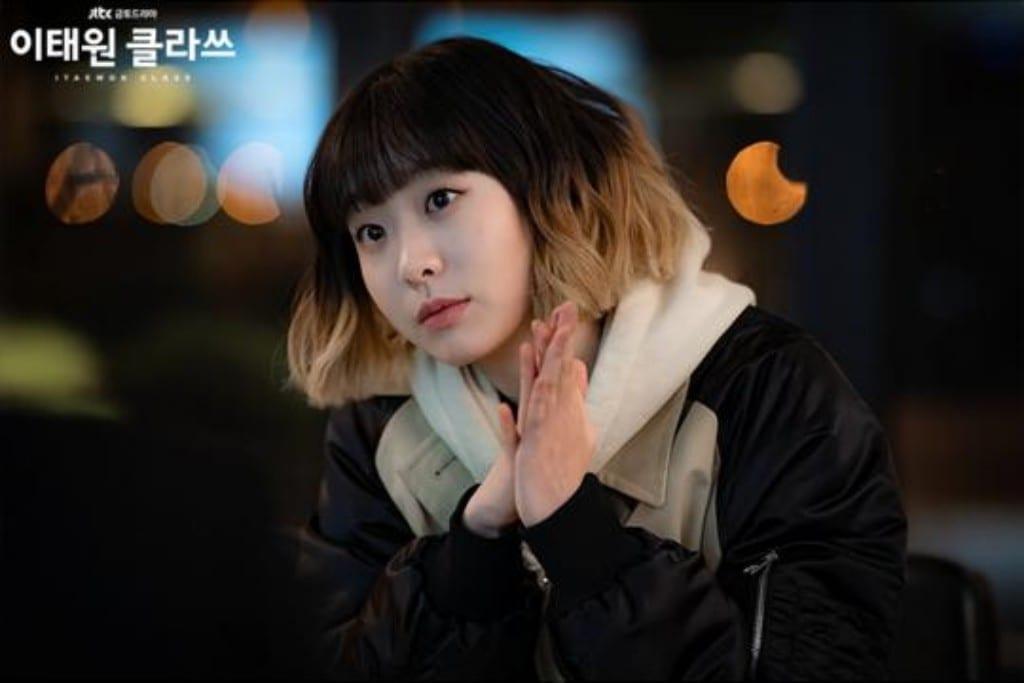 이태원 클라쓰, 반성문대신 박 세로이 얼굴을 그리고 있는 조이서, Image from JTBC