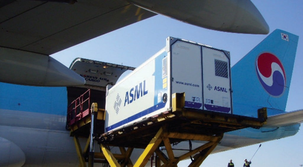 ASML에서 제작한 EUV 장비를 대한항공 항공기에 싣고 있는 모습, Image from ASML